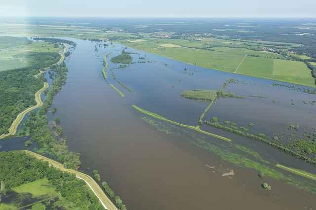 Bildquelle Nora Künkler - Deichrückverlegung bei Lenzen. Das Bild zeigt ein Hochwasser von 2013 und die Flutung des Altdeiches über die Schlitze